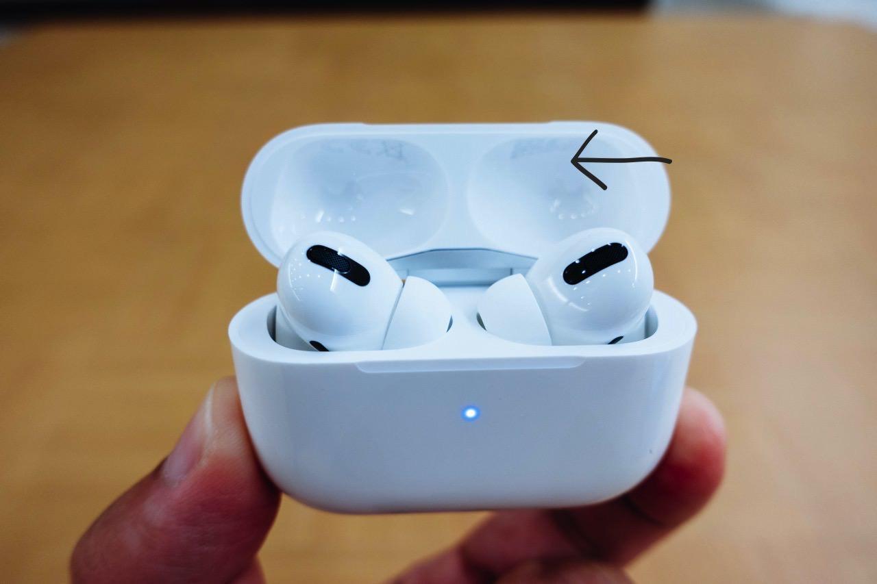 AirPods Pro 充電ケースの蓋を開けて調べる